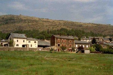 """Ur, masia """" Cal Cornet """" on visqué Josep Carbonell, Cornet per la seva àvia. Vista de conjunt (es tracta dels edificis, al primer i al segon plans)."""