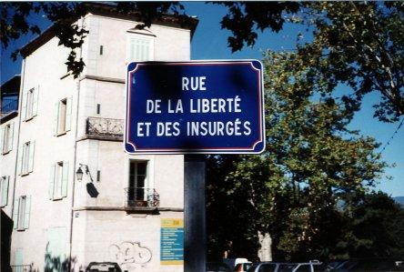 Plaque commémorative aux Mées (photo Jean-Marie Guillon)