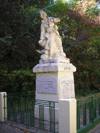 Le monument aux morts de Mazaugues (photo Paul Cresp)