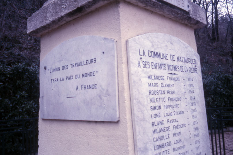 Le monument aux morts de Mazaugues (photo Jean-Marie Guillon)