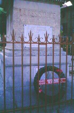 Le monument de Barjols, socle avec couronne déposée dans le cadre des commémorations de 2001 (photo JM Guillon)