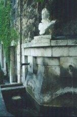 Buste de la République, fontaine de Villecroze, érigé en 1913 et sauvé par les habitants le jour de Pâques 1943 quand le chef de la Milice voulait le confisquer.